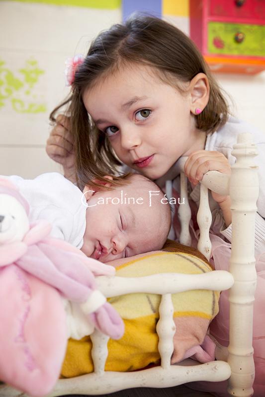 Photo naissance tours bisou soeur CF Photographe
