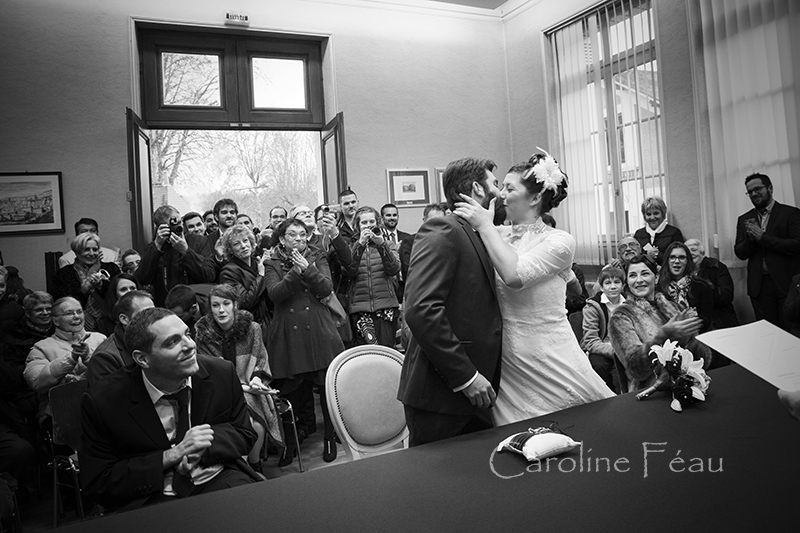 photographe mariage tours baiser mairie CF Photographe