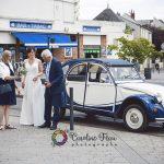 arrivée de la mariée en voiture de collection deux chevaux dodoche CF Photographe