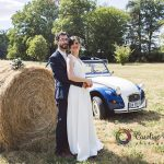 photo de couple dans les champs botte de foin dodoche champêtre CF Photographe
