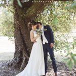 photo de couple sous un arbre reportage mariage Tours 37 CF Photographe