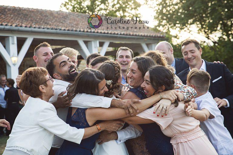 câlin surprise avec les mariés Richelieu 37 CF Photographe